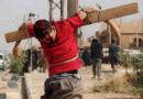 Ludobójstwo chrześcijańskich męczenników: chorzy rzeźnicy ISIS krzyżują tysiące chrześcijan w Syrii